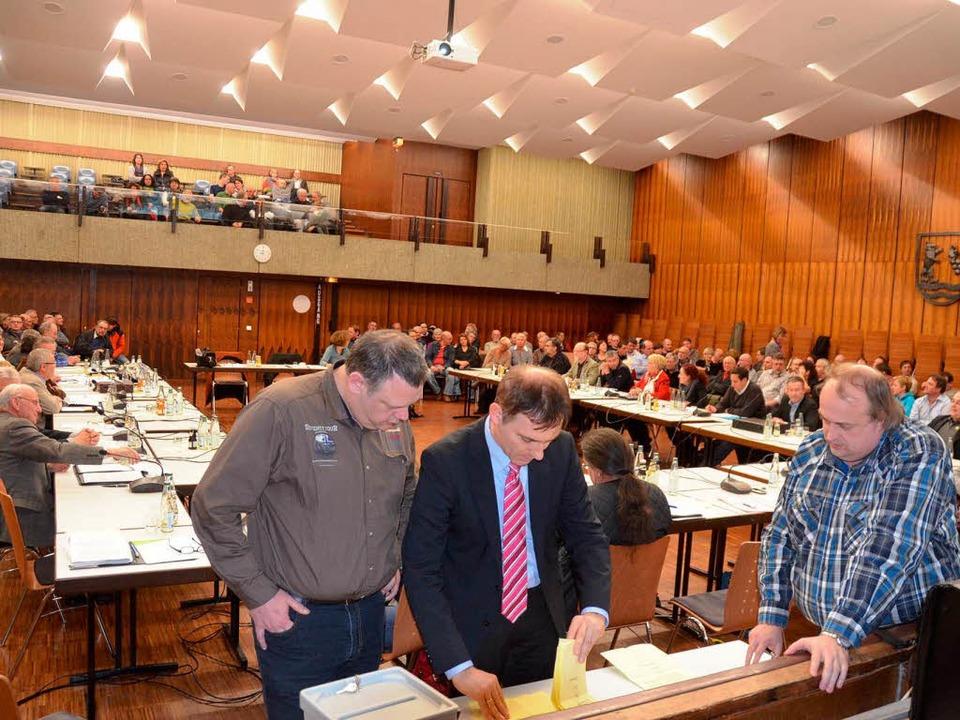Auszählung der Stimmen der geheimen Wahl im Gemeinderat  | Foto: Ralf H. Dorweiler