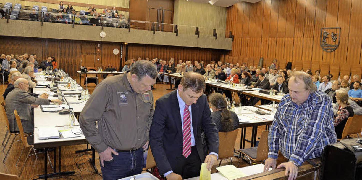 Bürgermeister Jörg Lutz (mit Krawatte)...m Haus der Begegnung die Stimmen aus.   | Foto: Ralf H. Dorweiler