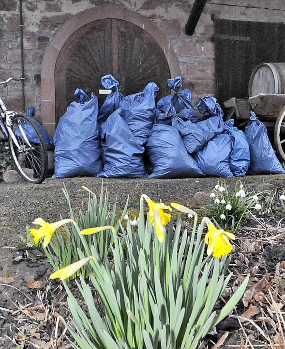 Natur und ihre Gefährdung. Nach der Or... stapeln sich Müllsäcke am Heimethues.  | Foto: Markus Zimmermann