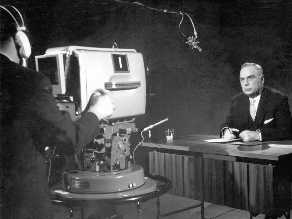 Die Stunde Null: ZDF-Gründungsintendan... 1.April 1963 an das Fernsehpublikum.   | Foto: dpa