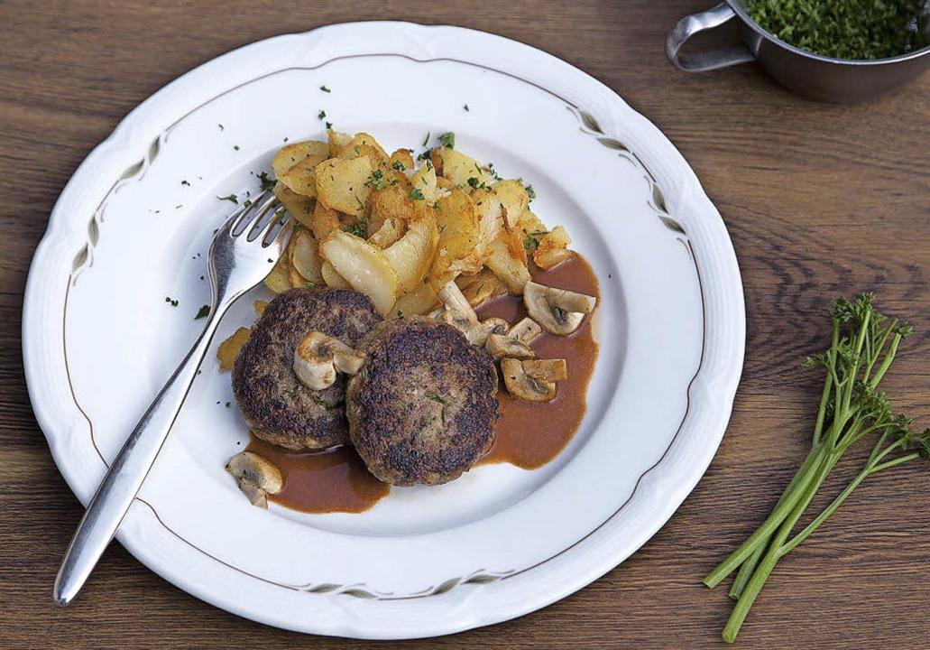 Würzige Fleischküchle mit Pilzrahmsoße und Bratkartoffeln    | Foto: Michael Wissing