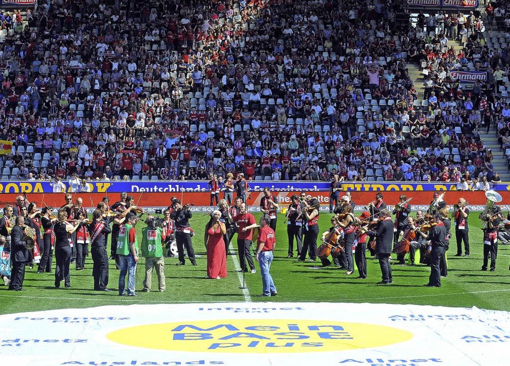Spielen ums Überleben: das SWR-Sinfoni...r 2012 im Mage-Solar-Stadion Freiburg   | Foto: Heuberger/Privat
