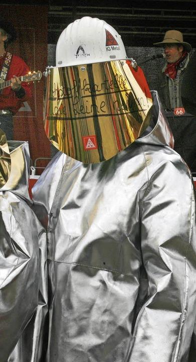 Stahlarbeiter in Schutzanzug: Die Stah...gten erhalten drei Prozent mehr Geld.   | Foto: DPA