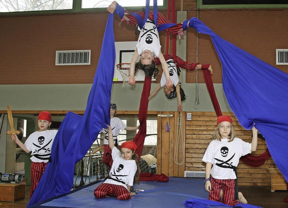 Akrobatik am Boden und in der Luft prä...bend zum Abschluss des Zirkusprojekts.  | Foto: M. Faller