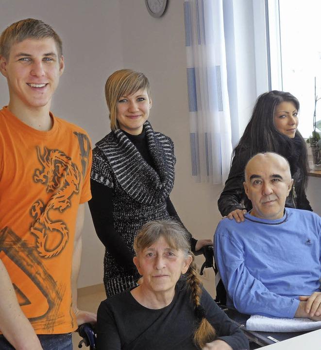Ausbildungsalltag der künftigen Pflege...a Zogalla und Gina Manz mit Patienten     Foto: Winterhalter