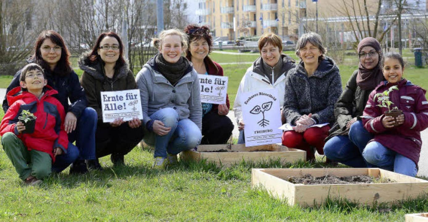 Wollen gemeinsam pflanzen, damit alle ... Geneviève Zuber (dritte von rechts)    | Foto: Schneider