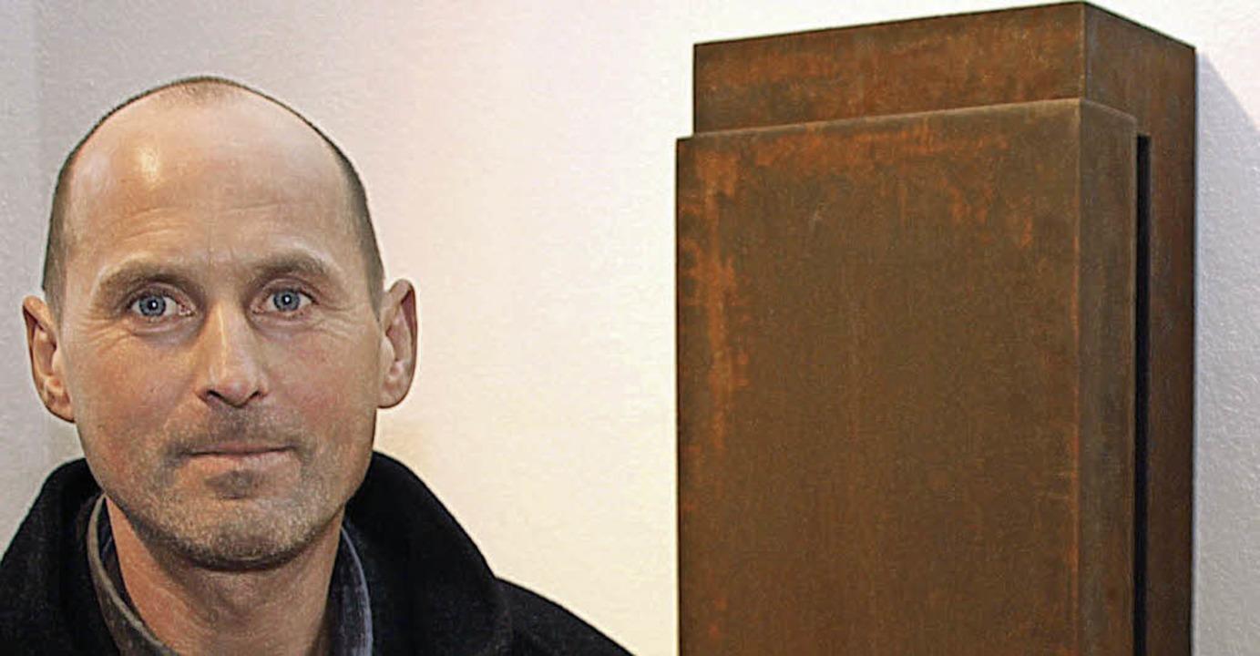 Ulrich Sälzle vor Wandobjekten    Foto: Marion Pfordt
