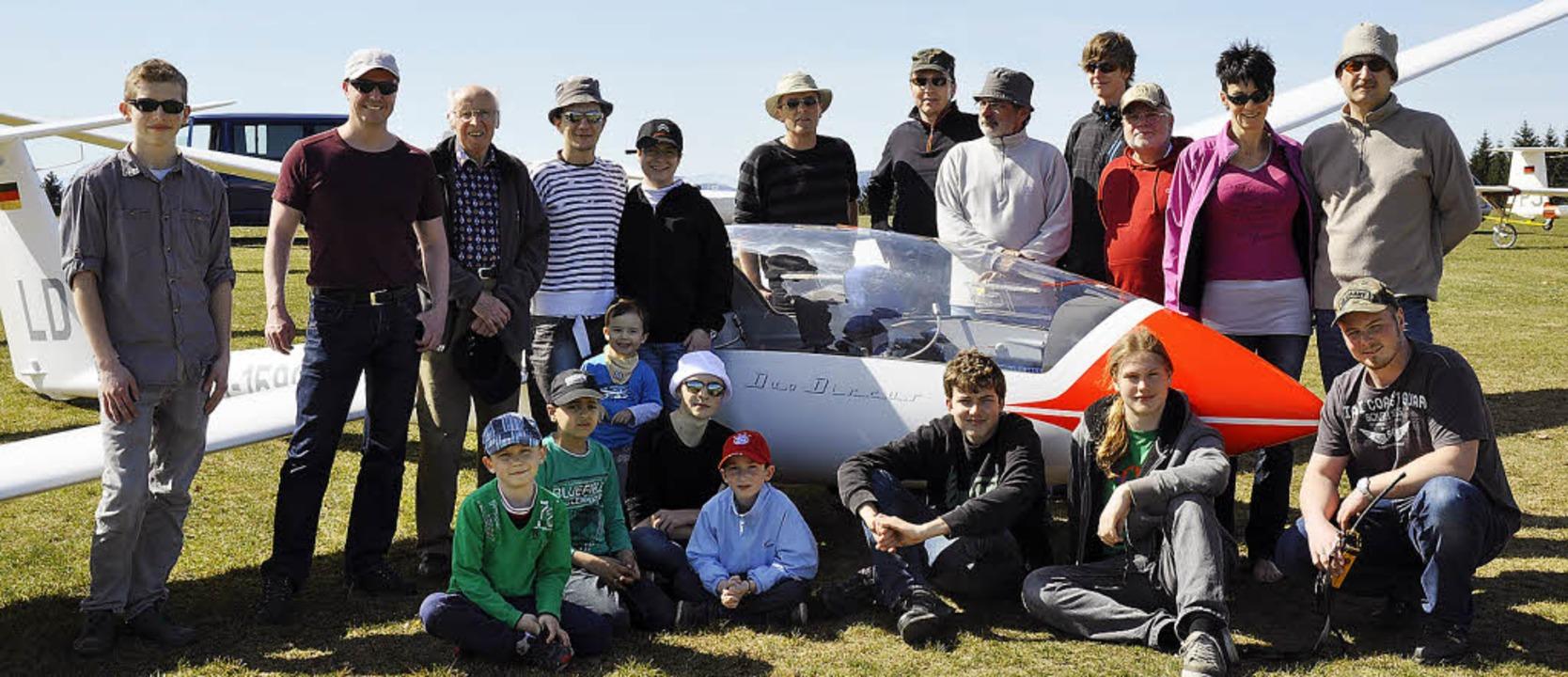 Flugschüler, Piloten, Fluglehrer und F...nd das schöne Wetter zum Saisonstart.     Foto: zvg
