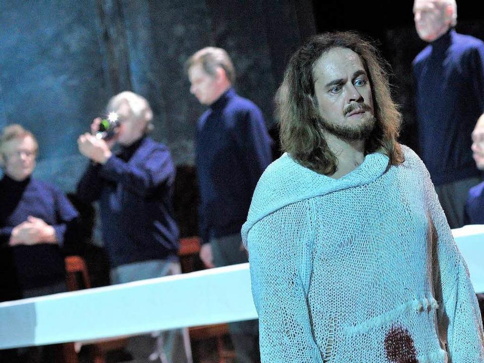 Der reine Tor: Parsifal (Christian Voigt) allein unter Gralsrittern  | Foto: Korbel