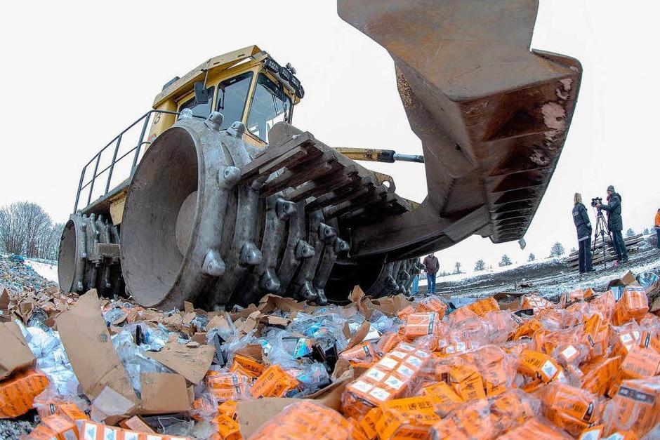 Produktfälschungen: 2012 wurden so viele Fälschungen beschlagnahmt wie noch nie. Sie stammen oft aus Fernost. Im Januar vernichtet der Staat jede Menge gefälschte Glühbirnen. (Foto: dpa usage Germany only, Verwendung nur in Deutschland)