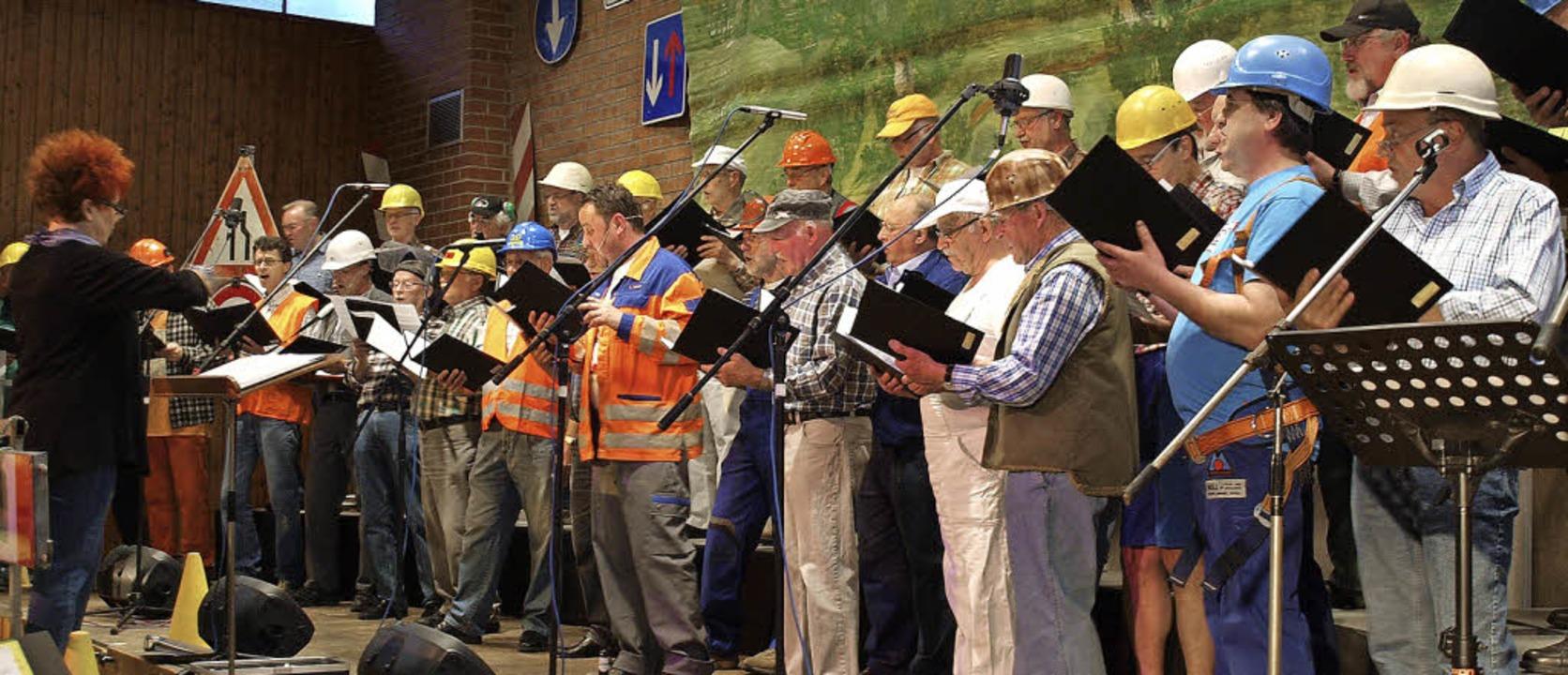 Sänger mit Helm: Der Gesangverein Tumringen beim Abrisskonzert.   | Foto: Paul Schleer