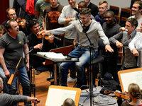 Spieler des SC Freiburg �ben sich am Dirigentenpult