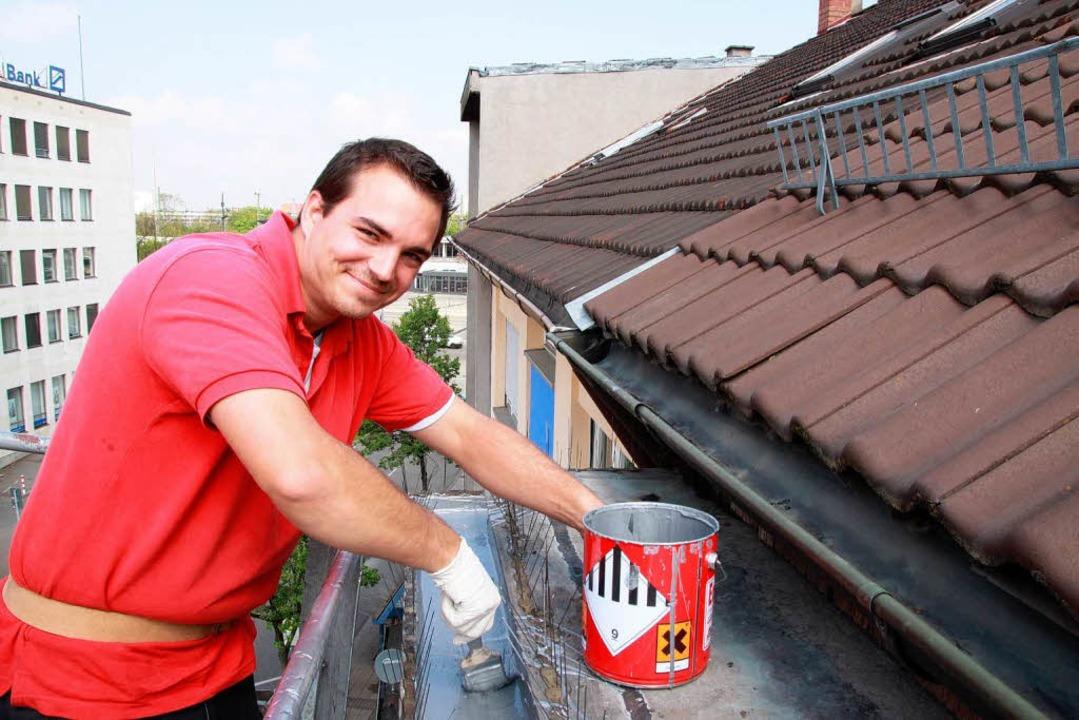 Jérémy Helmrich dichtet ein Dach in Ke...eut sich über einen unbefristeten Job.  | Foto: Schuler Max