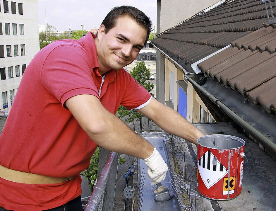 Jérémy Helmrich dichtet ein Dach in Ke...ut sich über einen unbefristeten Job.   | Foto: Schuler