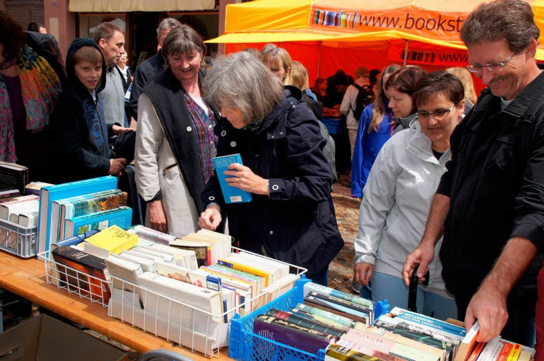 Auch von Schauern ließen sich viele Bü...en nach Herzenslust beim Büchermarkt.   | Foto: Ilona Hüge