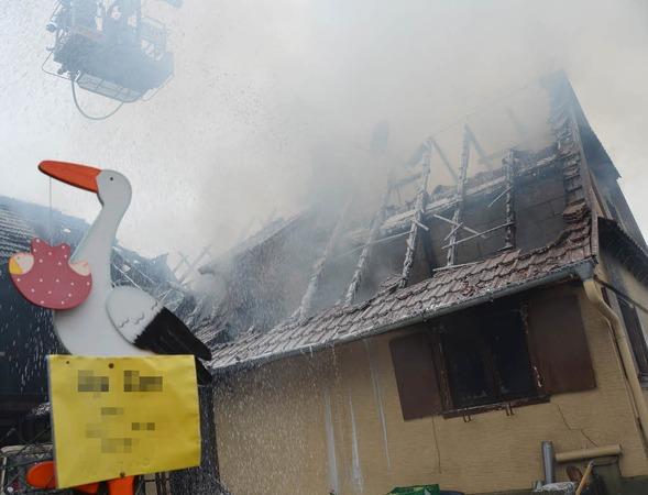 Ein erst drei Tage altes Mädchen ist am Montagmorgen bei einem Brand in Legelshurst schwer verletzt worden. Ein 50-jähriger Bewohner des  einstigen Bauernhauses schwebt in Lebensgefahr. Zwei junge Frauen, darunter die Mutter des Säuglings, wurden durch Feuer und Rauch ebenfalls schwer verletzt.