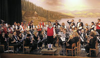 Orchester reist und spielt