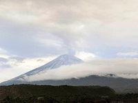 Popocatépetl spuckt wieder Rauch, Asche und Steine
