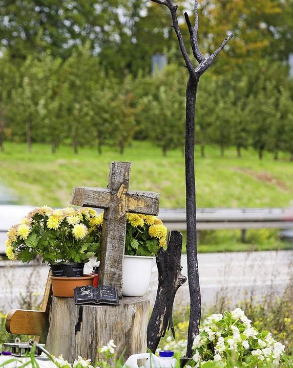 Tod an der Leitplanke: Gedenkstätte für das junge Unfallopfer   | Foto: Rock