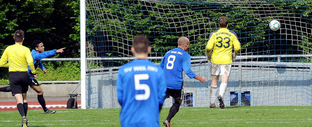 Da zappelt der Ball im Netz: Der Weiler Stürmer Ridje Sprich (2. v.li.) erzielt gegen Stadelhofen das 4:2. Foto: Schön/BZ