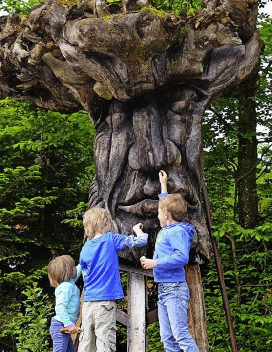 Dem Riesen an der Nase kitzeln: beim Freiburger Waldhaus  | Foto: Anita Fertl