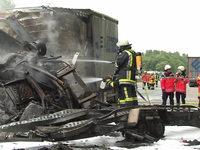 A5: Fünf Menschen sterben bei Autobahnunfall in brennendem Kleinlaster