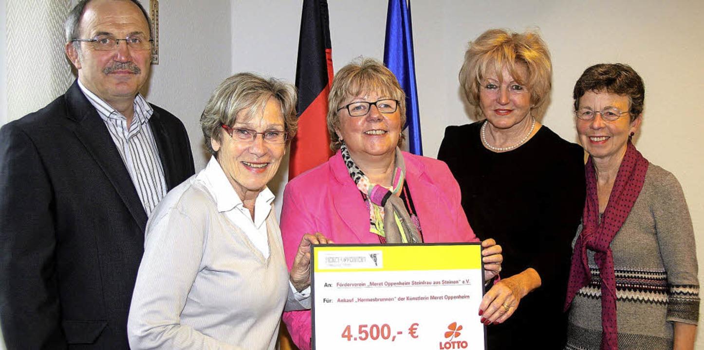 Gruppenbild mit Burgi (von links): Bür...Hermesbrunnen-Zustupf von Toto-Lotto.   | Foto: Heiner Fabry