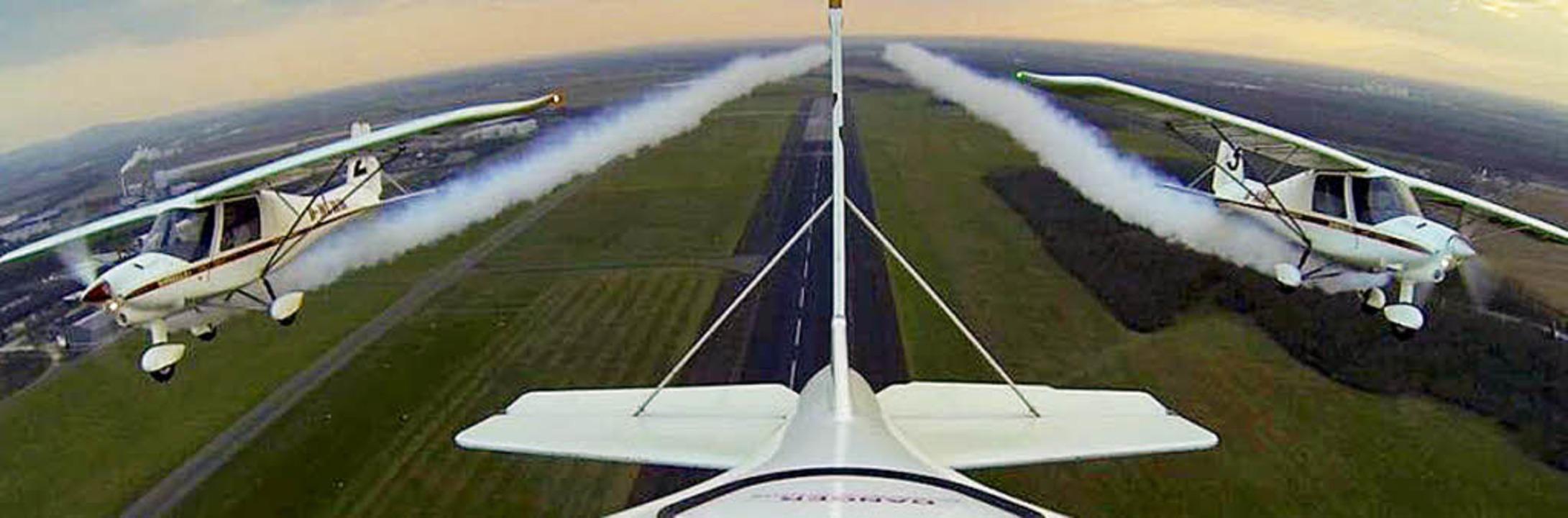 Die drei Ultraleichtflugzeuge des Typs...r  Hütten spektakuläre Manöver zeigen.  | Foto: privat