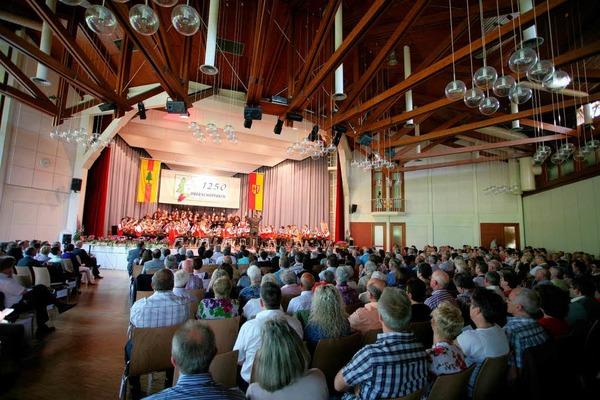 Beim Festbankett wurden Zeitzeugengespräche geführt und es stellten sich die 19 Themenhöfe vor. Musikverein und Chorgemeinschaft umrahmten den Abend musikalisch.