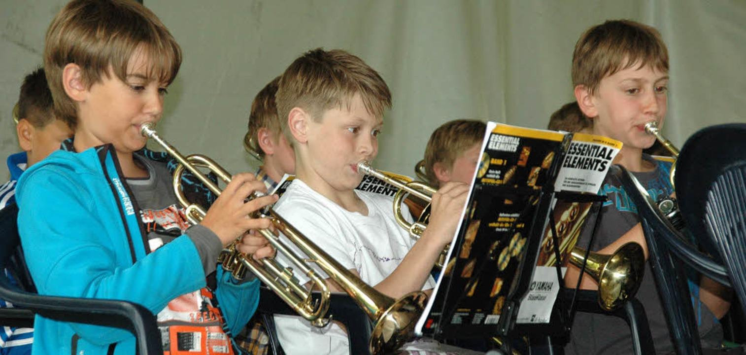 Die Bläserklassen spielten zum Geburtstag der Musikschule im Vacono-Dome.   | Foto: Leony Stabla