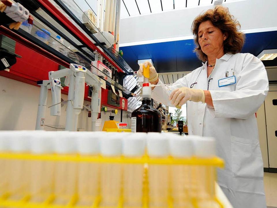 Eine Chemielaborantin bei der Arbeit  | Foto: dpa