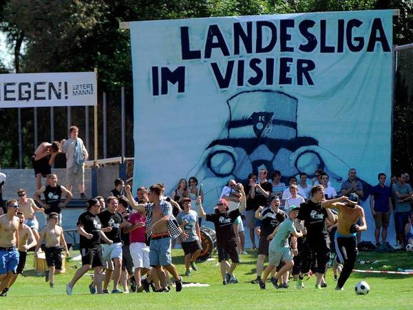 Riesen-Kulisse in Wittlingen - Jubel bei den FCW-Spielern über den Aufstieg - Enttäuschung bei Au-Wittnau über eine verpasste Chance.