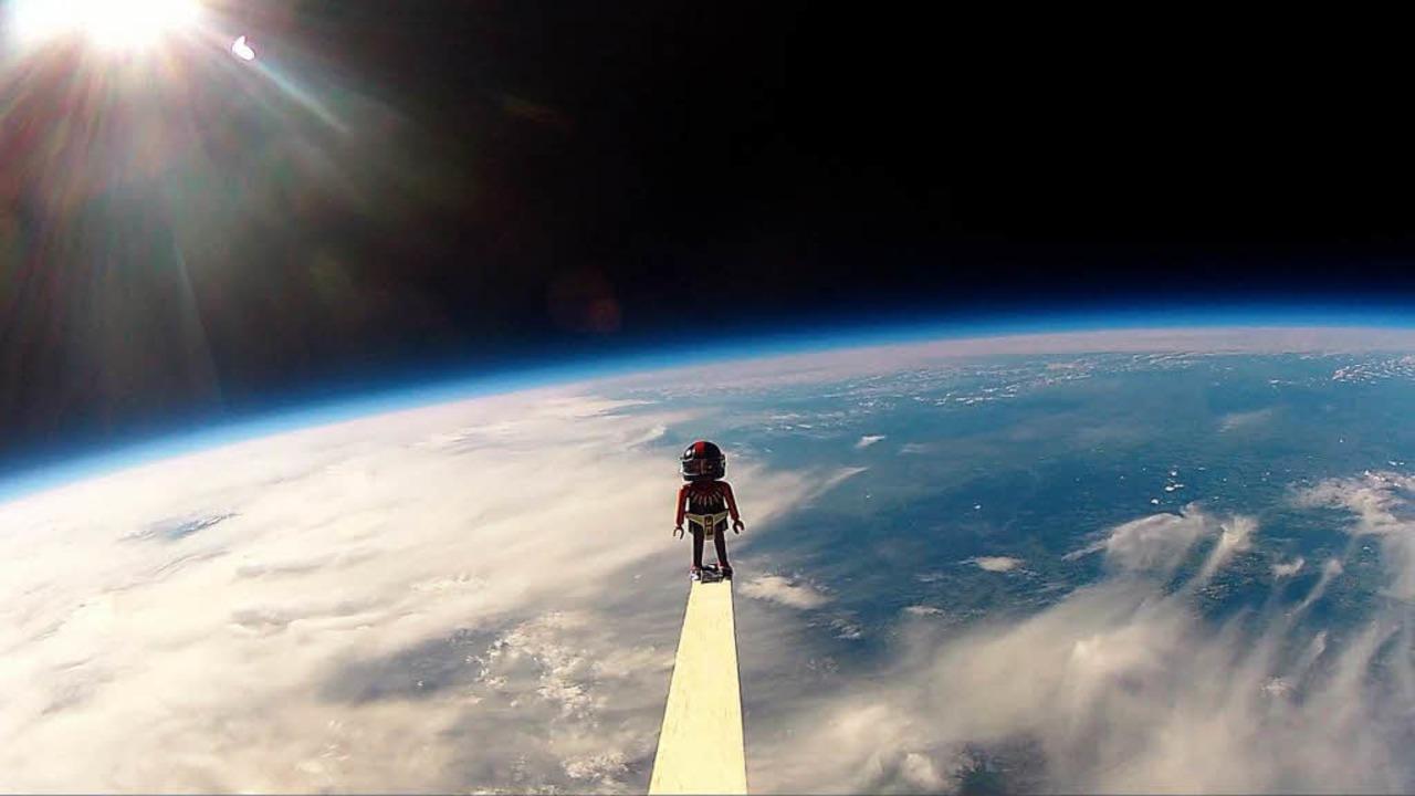 Über den Wolken lässt sich der Pilot von der Sonne verwöhnen.  | Foto: Tagesschule Elementa