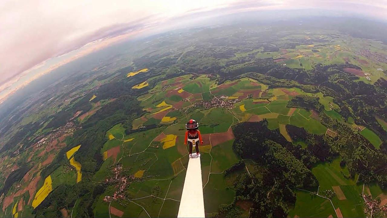 In Süddeutschland in der Nähe von Tutt...einem Fallschirm ausgestattete Kapsel.  | Foto: -