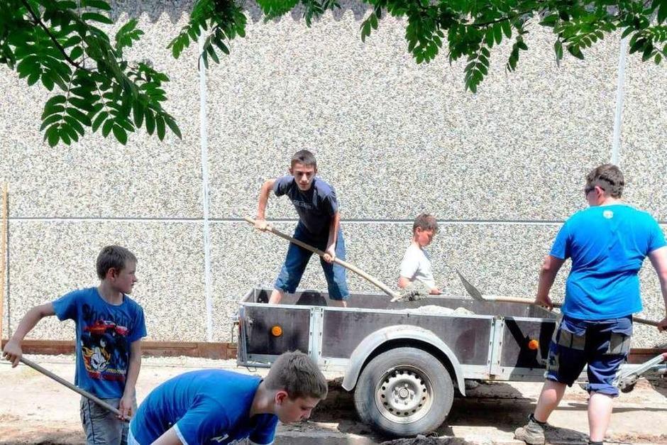 Die Kolpingjugend und die Jugendfeuerwehr Sulz gestalten den Eingangsbereich der Lahrer Behindertenwerkstätten. (Foto: WOLFGANG KUENSTLE               )