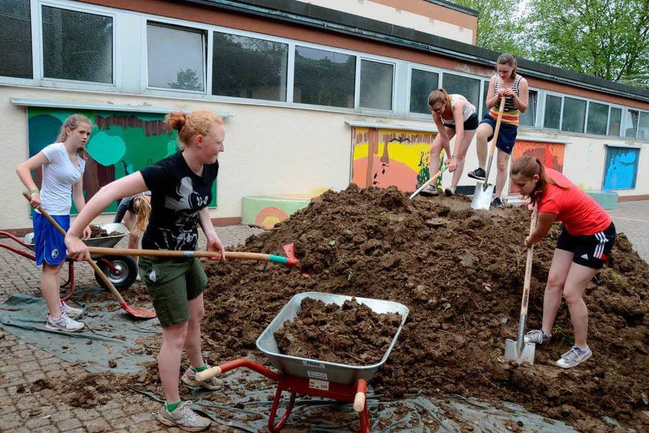 Endinger Ministranten: 20 Tonnen Humus schaufeln und an die Baustelle karren für das grüne Klassenzimmer der Grundschule Endingen. (Foto: Roland Vitt)