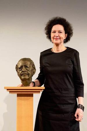 Christiane Dahrendorf mit der Büste von Ralf Dahrendorf.