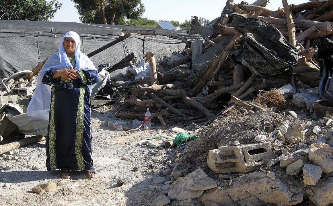 """""""Wir sind es gewöhnt, dass sie u...(51) steht vor ihrer demolierten Habe.    Foto: Günther Inge"""
