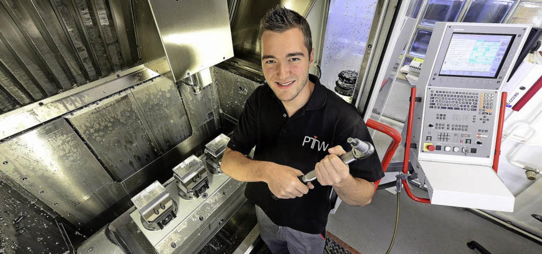 Daniel König aus Oberbergen lernt Indu...it in einem Metallunternehmen abläuft.  | Foto: Ingo Schneider