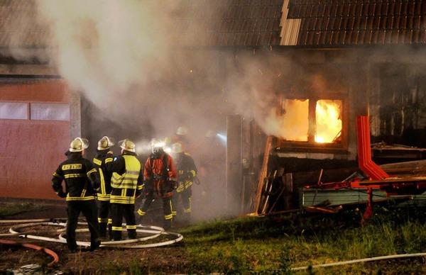 Die Löscharbeiten der Feuerwehr in Seelbach.