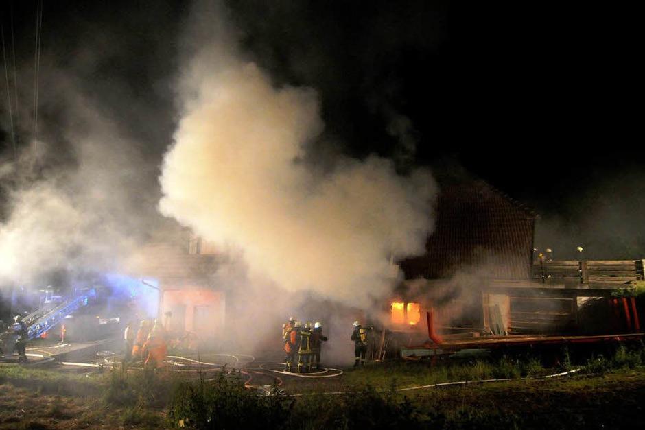 Die Löscharbeiten der Feuerwehr in Seelbach. (Foto: WOLFGANG KUENSTLE               )
