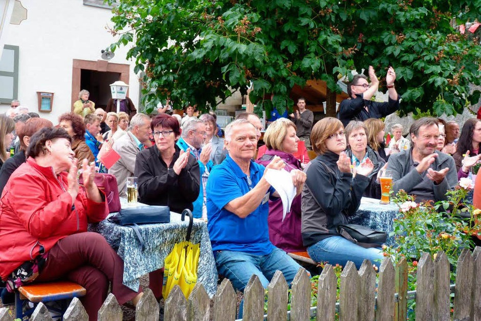 Am Sonntag, 23. Juni, war auf der Festmeile in Tegernau bei schönstem Wetter sehr mächtig los. (Foto: Dirk Sattelberger)