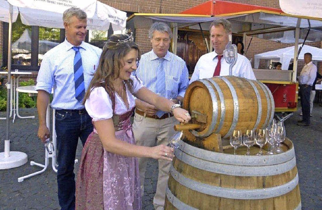 Bürgermeister Oliver Rein begrüßte zus... links),  die Gäste des Winzerfestes.     Foto: privat
