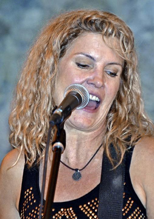 Kim Carson beim Countrykonzert im Gewölbekeller Todtnau.  | Foto: Held