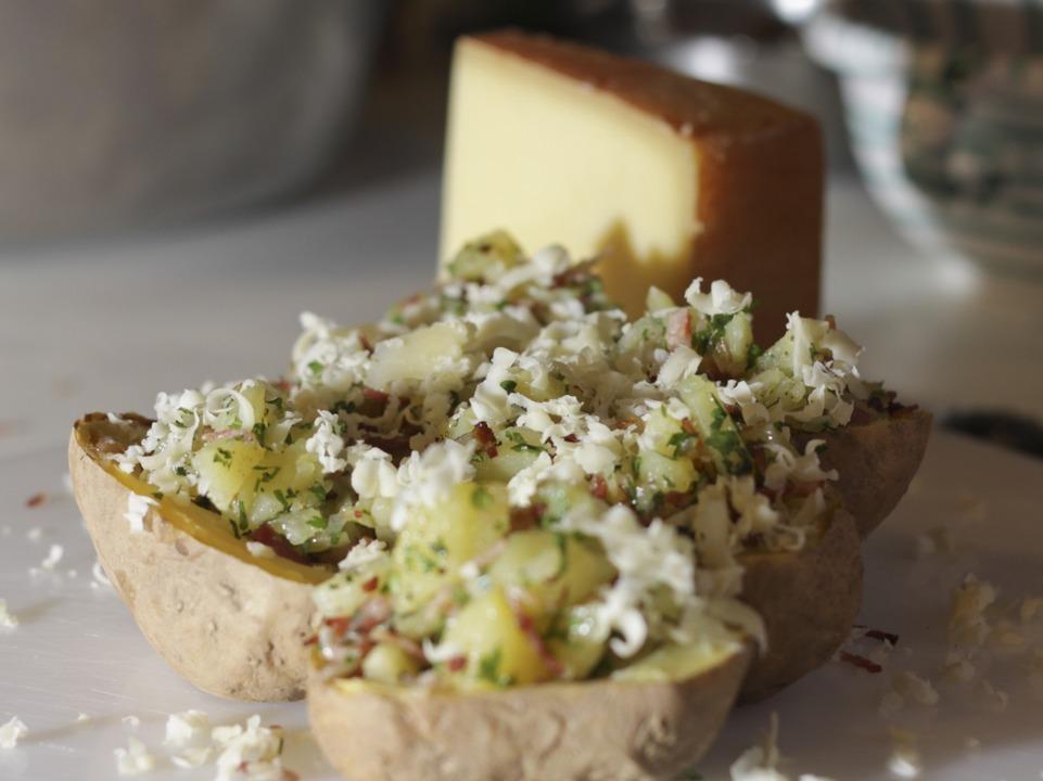 Als Beilage gibt es mit Speck, Zwiebeln und Petersilie gefüllte Ofenkartoffel.    Foto: Benedikt Nabben