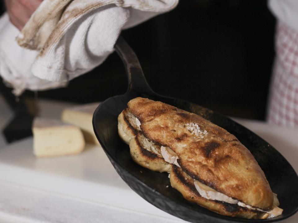 Der Käsegang: ein Münsterkäse-Seelen-Sandwich.    Foto: Benedikt Nabben