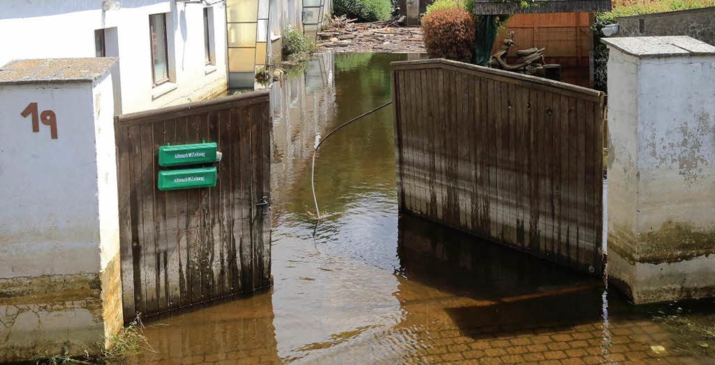 Die Einfahrt zu einem vom Wasser der E...sen (Sachsen-Anhalt) am 21. Juni 2013.    Foto: dpa