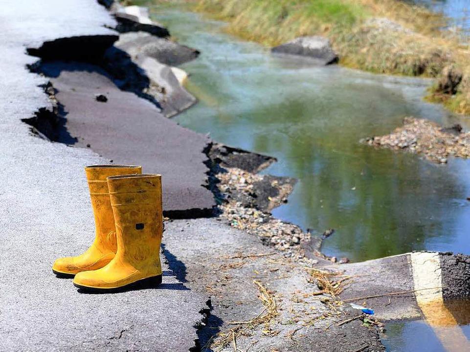 Starke Schäden sind am 20. Juni  an de...ückgang des Elbe-Hochwassers sichtbar.    Foto: dpa