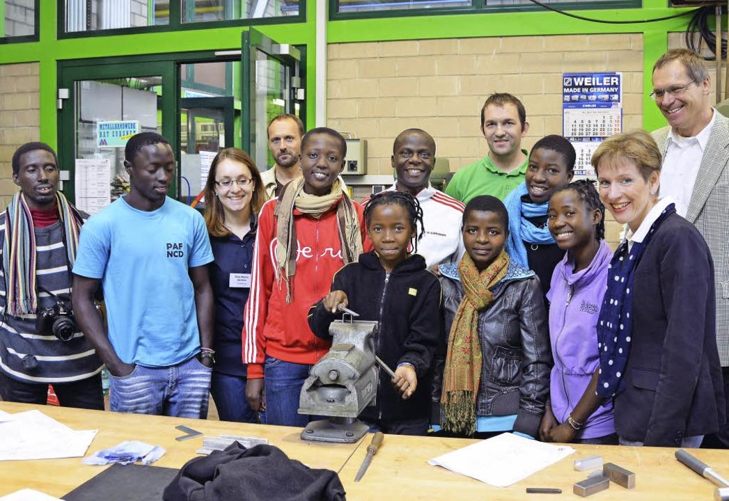 Junge Afrikaner waren zu Gast in der G...e hinten Projektleiter Michael Mwase.     Foto: Privat