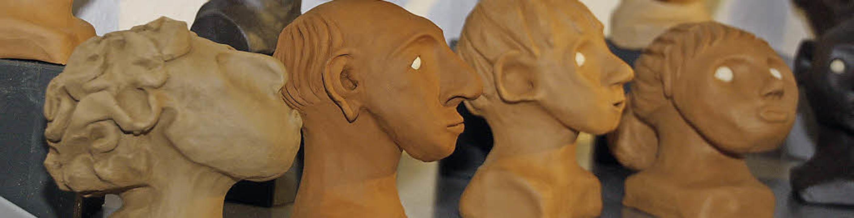 Die Künstlerin Dorothee Lang stellt Kopfskulpturen aus Ton her.   | Foto: Christiane Franz